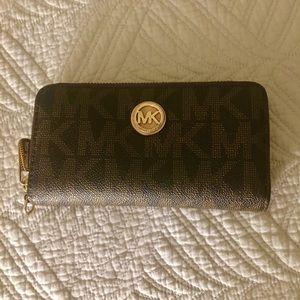 Michael Kors wallet/wristlet, wristlet detachable